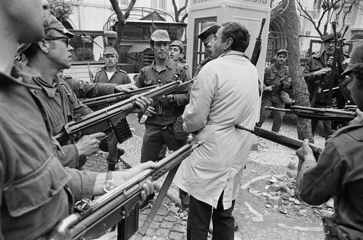 Bureau revolution oeillets suspect 1974