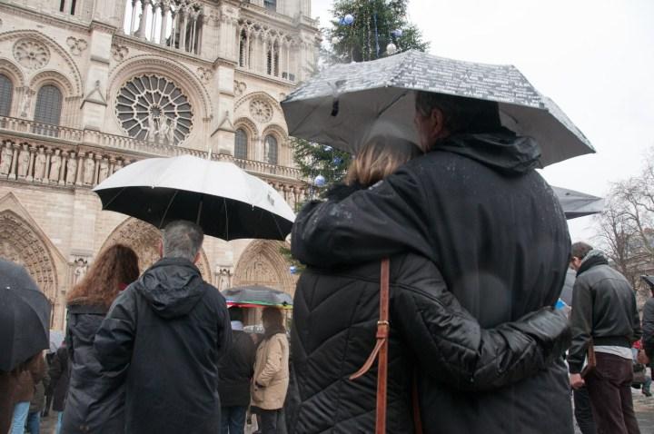 Minute silence à Notre Dame hommage vicitmes Charlie (web)