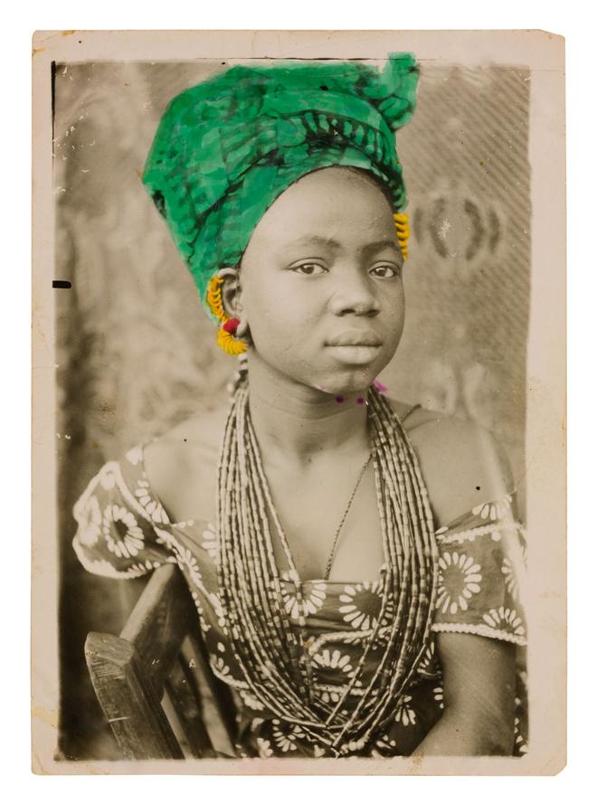 Seydou Keïta tirage colorisé par son encadreur Seydou Keita 1950 (c) S Keita Skpeac photo courtesy CAAC picozzi collection Genève