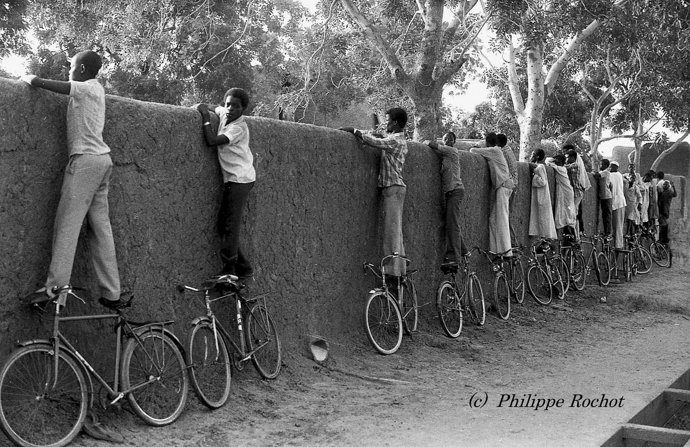 Tchad, Ndjamena. Match de foot. Les resquilleurs. 1983