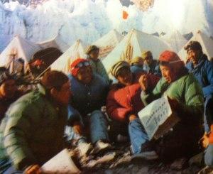 everest-wang-fu-chou-lisant-pensee-mao-au-camp-3-1969
