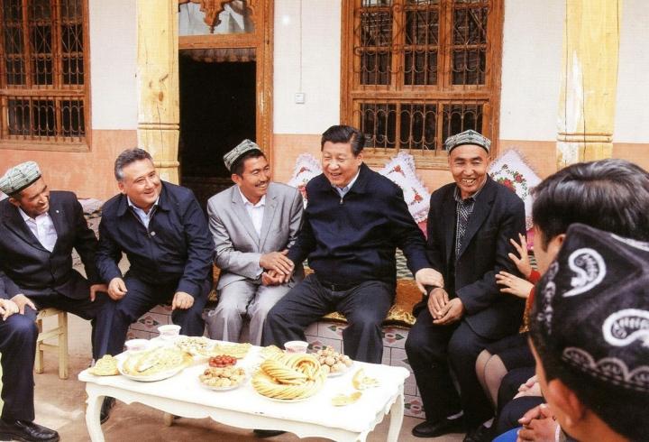 xi-jinping-avec-les-paysans-de-shufu-province-du-xinjiang-2014