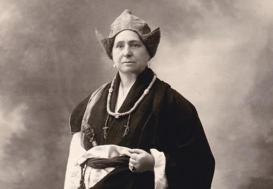 05-alexandra-david-neel-costume-copier-studio-calcutte-1924-credit-maison-adbn