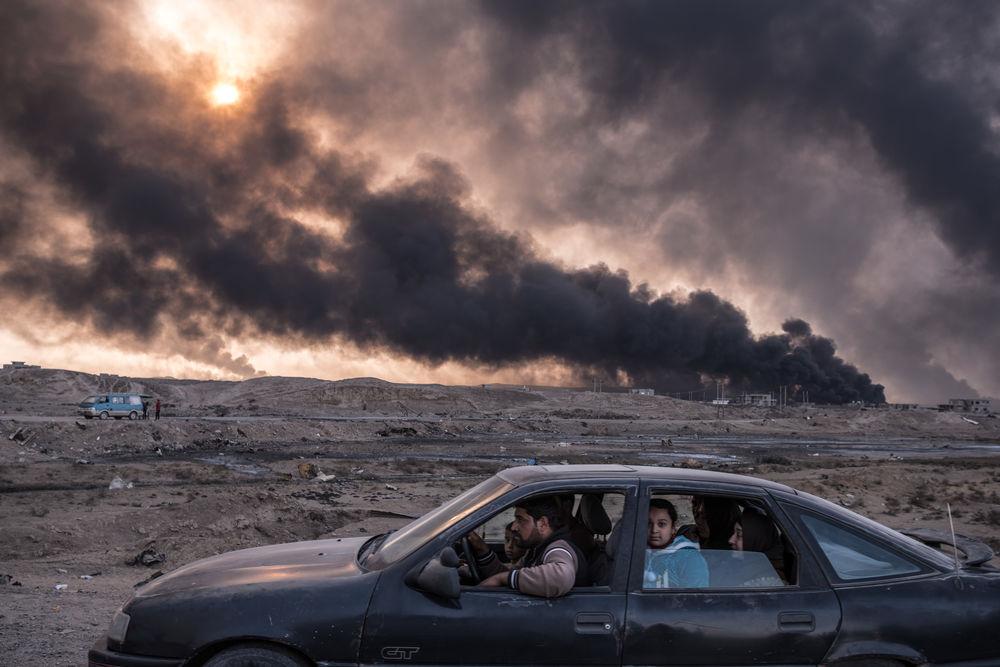 world-press-2017-oyara-mossoul-famille-fuit-combats