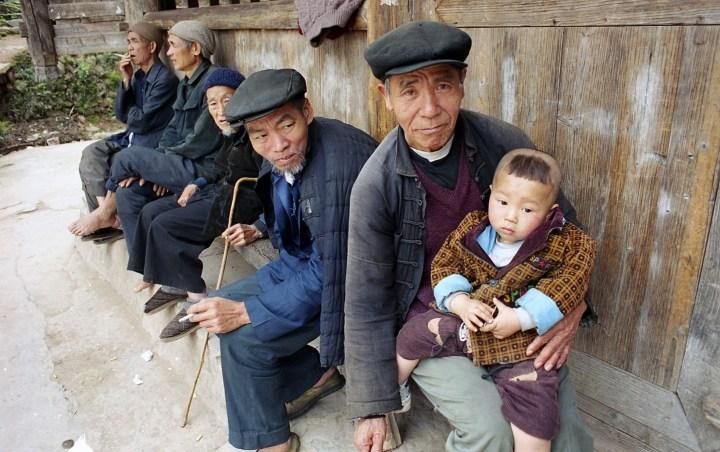 120 Chine gens de Chine Paysans Dong à l'enfant 2001_modifié-1 (Copier)