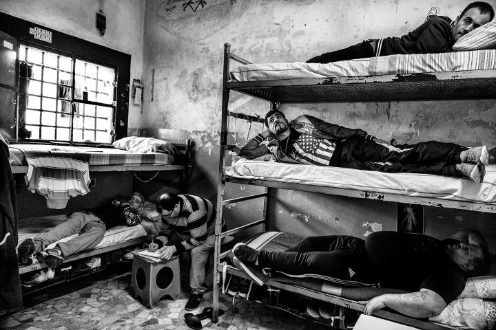 003 Bispuri-Prisons_002 Valério VispuriCellule de 5 détenus à la prison de Poggioreale, l'une des plus anciennes, des moins bien entretenues et ayant la plus forte surpopulation des prisons italiennes. El